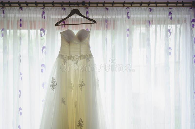 Vestido de la novia delante de la ventana foto de archivo libre de regalías