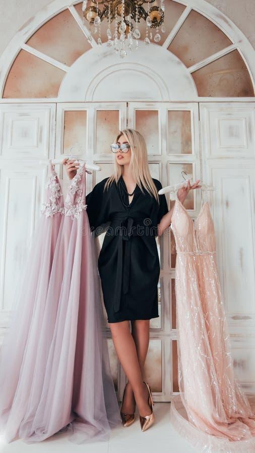 Vestido de noche de lujo del consultor de moda del boutique foto de archivo