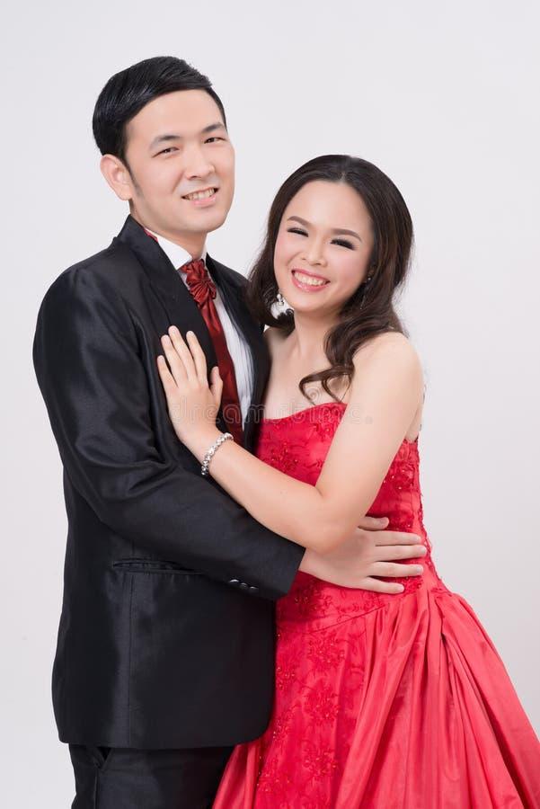 Vestido de noche y vestido de los pares que llevan asiáticos fotos de archivo