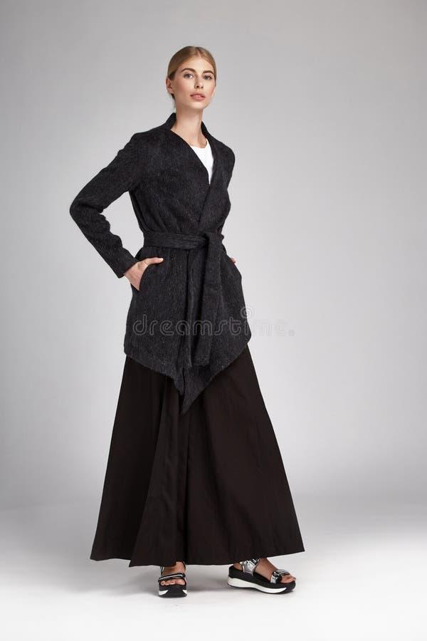 Vestido de seda de la mujer del pelo del negro largo rubio atractivo hermoso del desgaste fotos de archivo libres de regalías