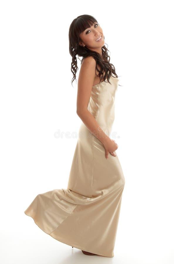 Vestido de seda longo da menina feliz fotos de stock royalty free