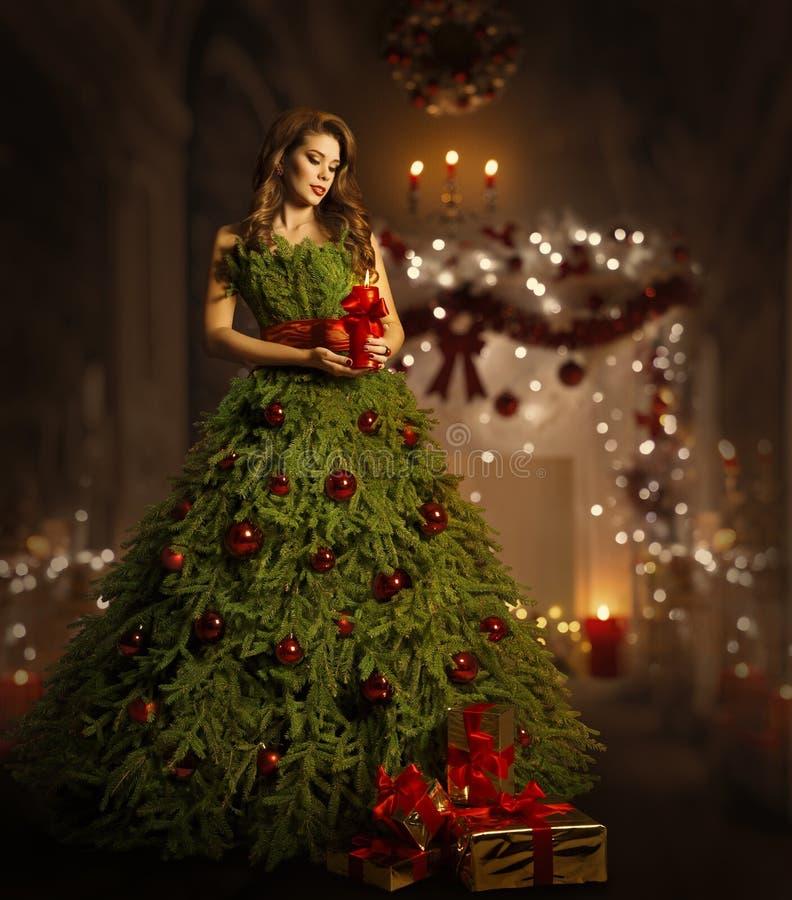 Vestido del árbol de navidad de la mujer, modelo de moda en traje del vestido de Navidad foto de archivo