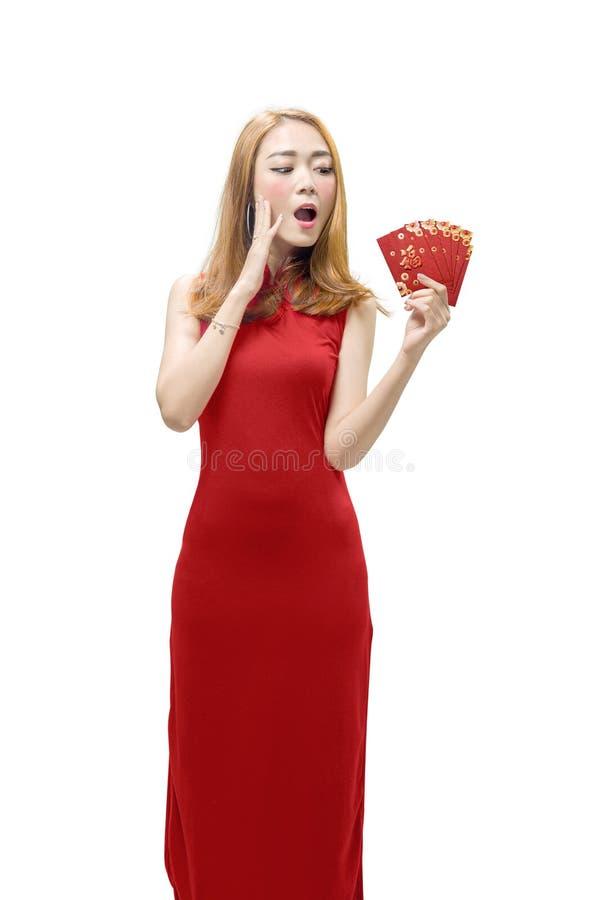Vestido del cheongsam de la mujer que lleva china feliz y llevar a cabo el enve rojo foto de archivo libre de regalías