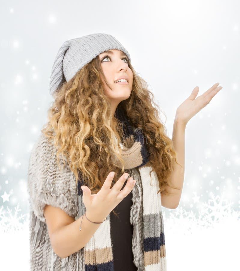 Vestido del invierno para un modelo agradable que mira nieve foto de archivo