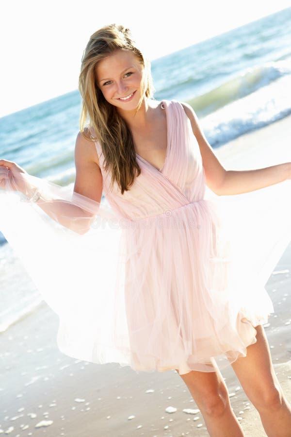 Vestido desgastando do adolescente atrativo na praia imagens de stock