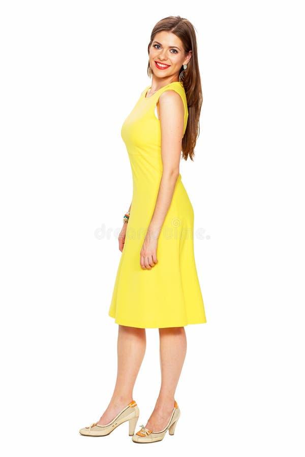 Vestido do amarelo da forma Vagabundos completos de sorriso do branco do retrato do corpo da mulher fotos de stock royalty free