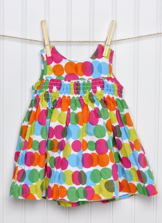 Vestido do bebé do verão em um Clothesline. foto de stock royalty free