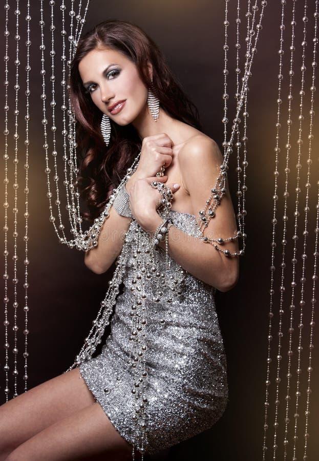Vestido do Brunette e da prata imagem de stock