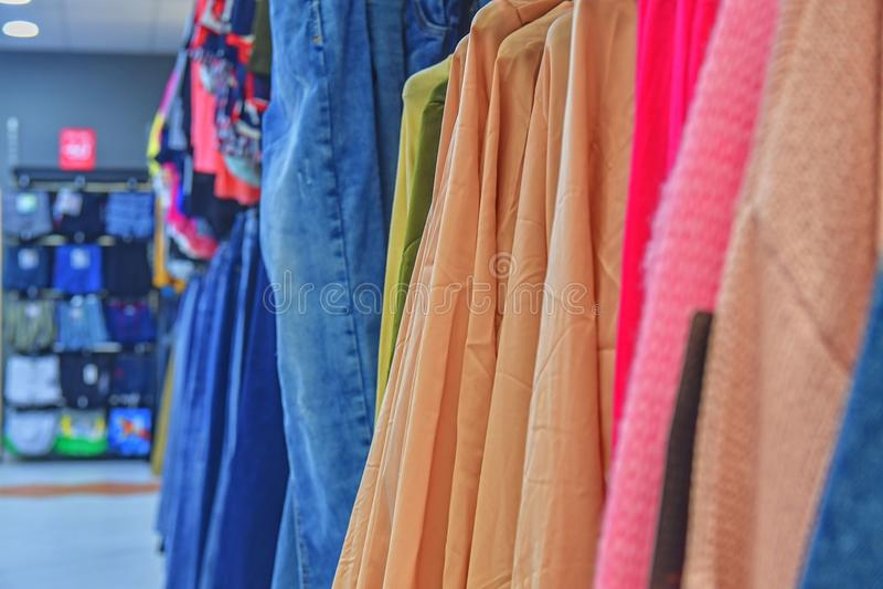 Vestido do traje da loja de roupa Loja da forma conceito do estilo O ` colorido s das mulheres veste-se em ganchos em uma loja va fotografia de stock