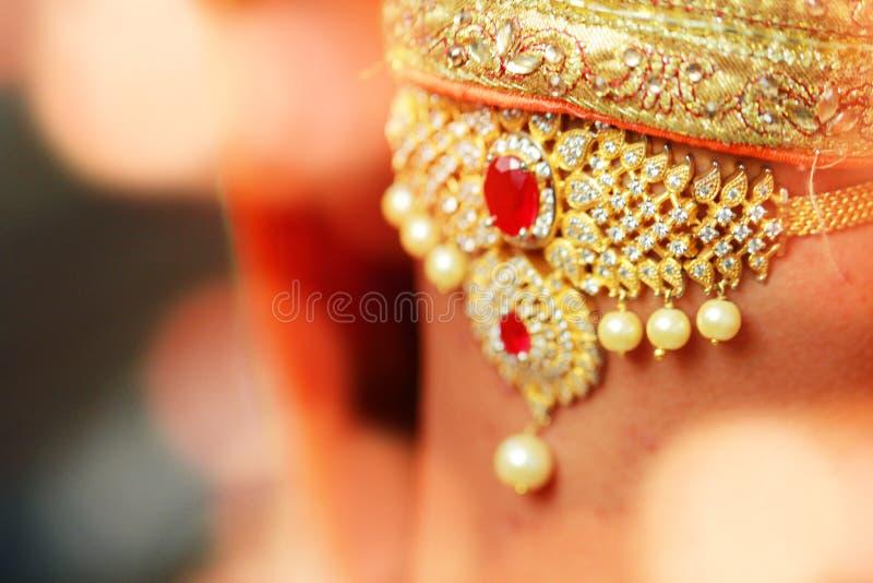 Vestido e mão nupciais da noiva, preparação indiana do casamento Acessórios orientais luxuosos da beleza da forma com luzes imagem de stock