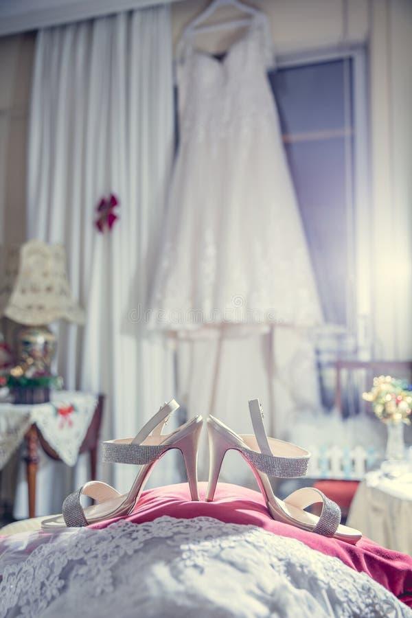 Vestido e sapatas de casamento fotos de stock royalty free