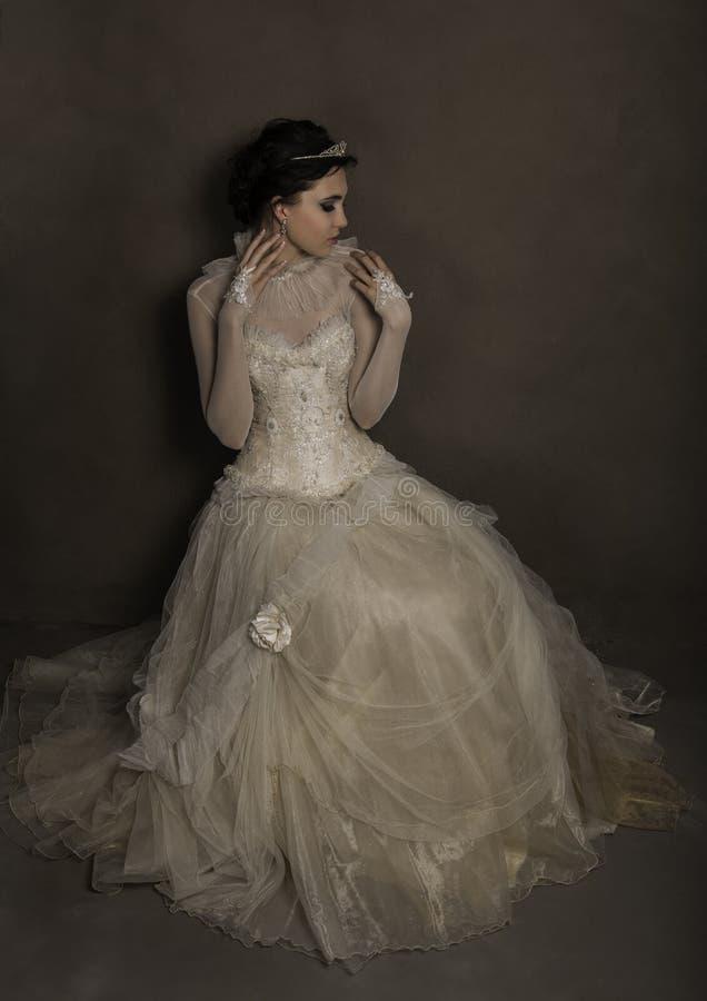 Vestido e tiara vestindo de casamento do vintage da noiva bonita foto de stock