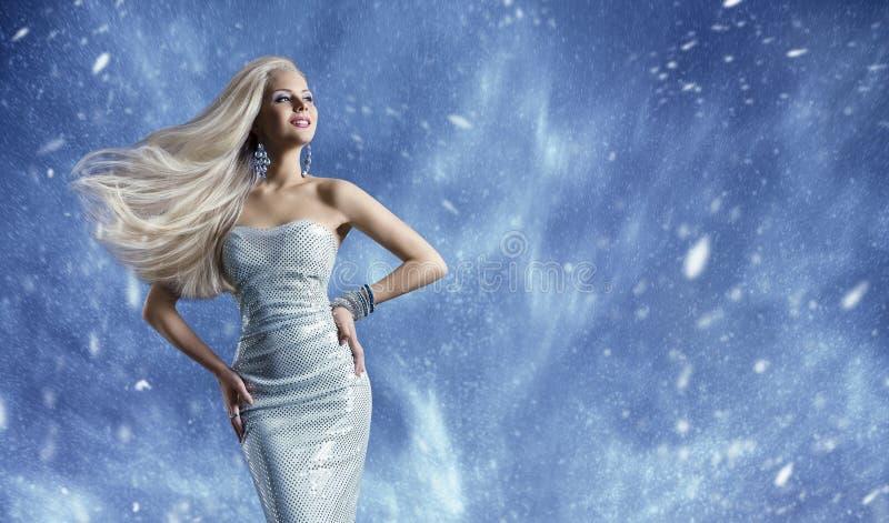 Vestido elegante de la moda de la mujer, viento que agita del pelo largo, belleza del invierno fotos de archivo