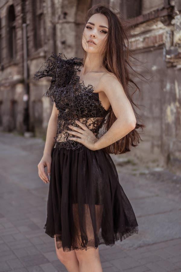 Vestido elegante del diseñador de la mujer de la moda de la belleza que lleva en la ciudad abadoned imagenes de archivo