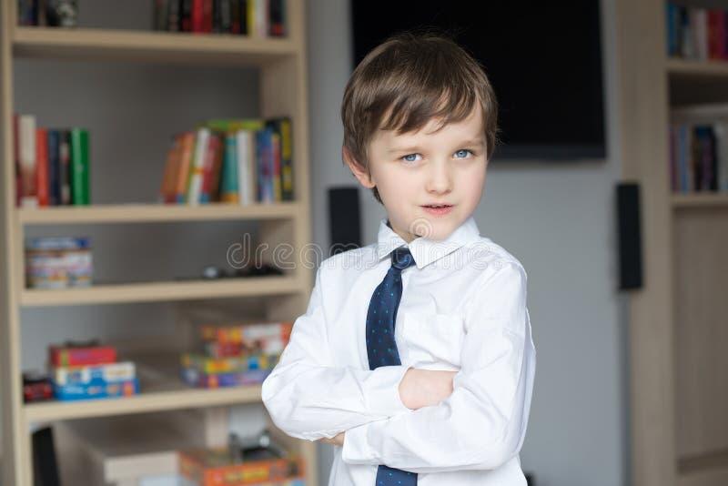 Vestido elegantemente em uma camisa e em um rapaz pequeno brancos do laço imagem de stock royalty free
