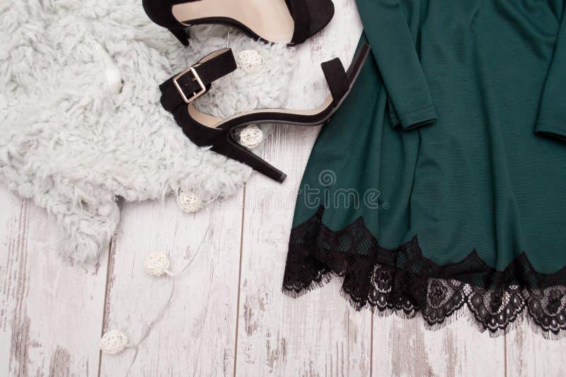 Vestido esmeralda de la parte con el cordón y zapatos negros en la piel artificial, concepto de moda, espacio para el texto foto de archivo libre de regalías