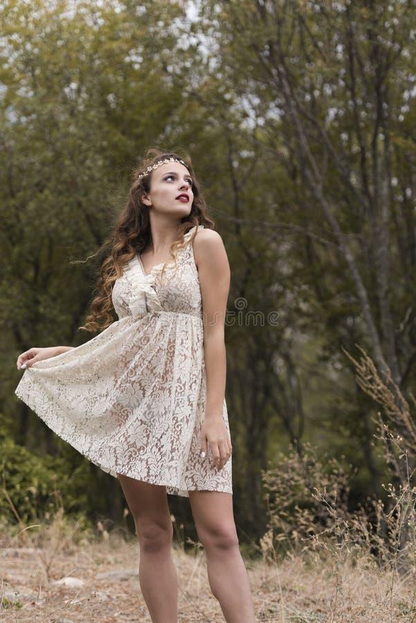 Vestido hecho a mano de la mirada del desgaste de mujer joven en bosque imagen de archivo libre de regalías