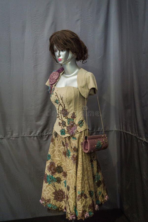 Vestido hermoso con el modelo del batik exhibido en el museo Pekalongan admitido foto Indonesia del batik foto de archivo libre de regalías