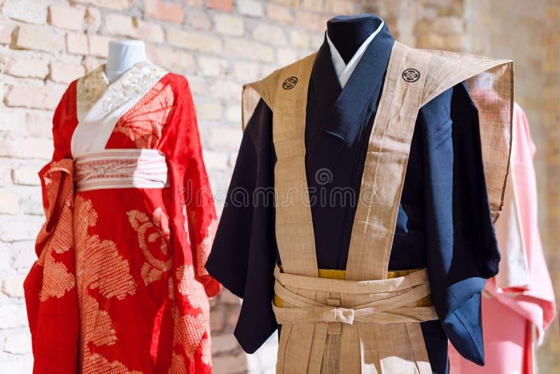 Vestido japonés tradicional del samurai Trajes del kimono para el hombre y la mujer en maniquíes fotografía de archivo