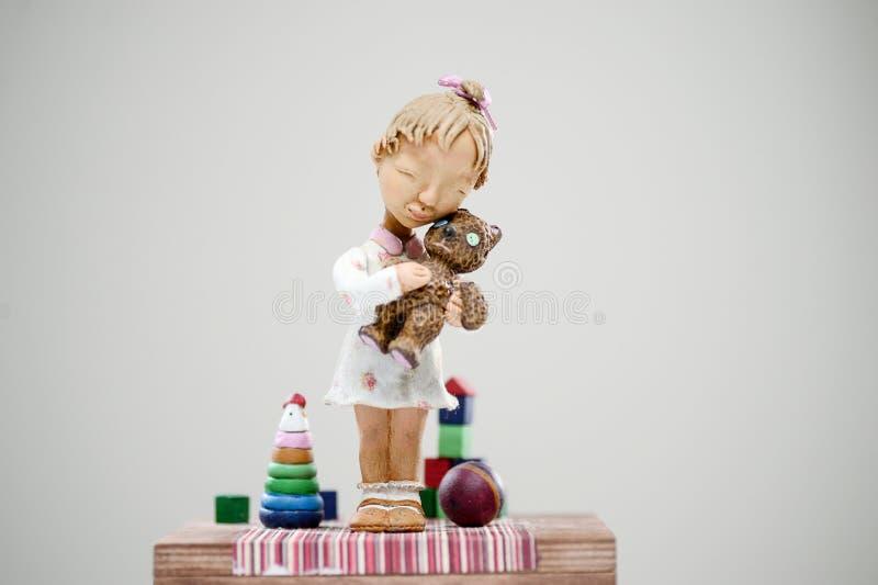 Vestido louro de sorriso de madeira do brinquedo do urso de peluche da menina foto de stock