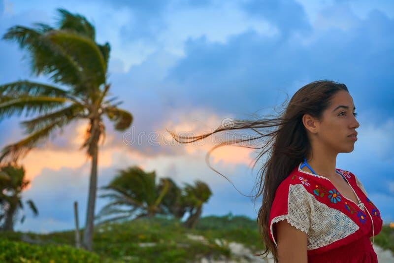 Vestido mexicano do bordado da menina no por do sol foto de stock