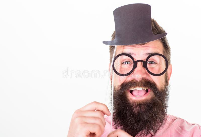Vestido para el éxito Sombrero de copa barbudo y lentes de la cartulina del control del inconformista del hombre para mirar un fo imágenes de archivo libres de regalías