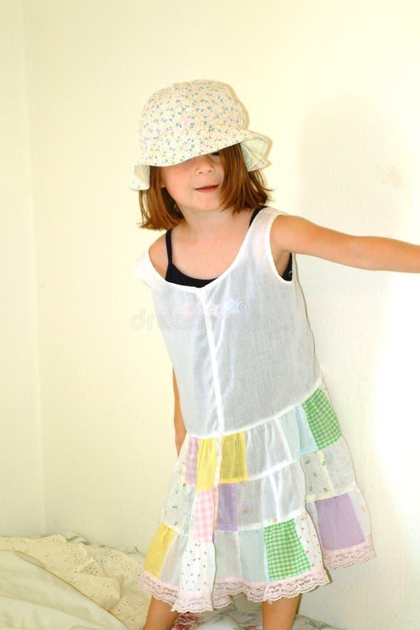 Download Vestido Parvo Da Menina Criança-Pequena Foto de Stock - Imagem de escolar, cama: 114612