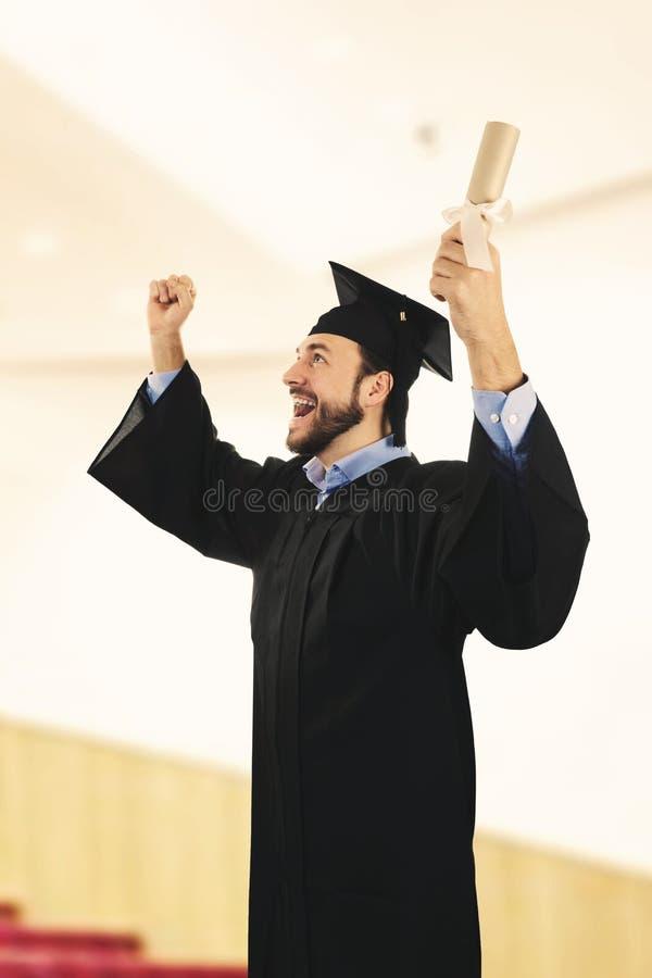 Vestido que lleva del graduado de universidad en la ceremonia de graduación fotos de archivo