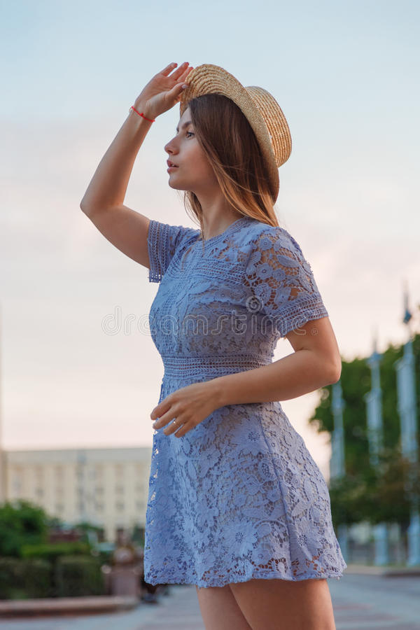 Vestido que lleva moreno hermoso de la mujer joven y el caminar en la calle imágenes de archivo libres de regalías