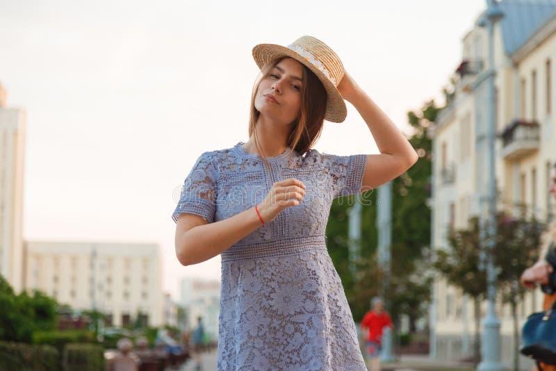 Vestido que lleva moreno hermoso de la mujer joven y el caminar en la calle foto de archivo