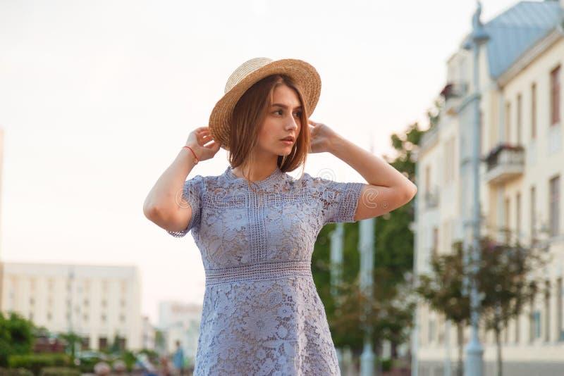 Vestido que lleva moreno hermoso de la mujer joven y el caminar en la calle fotos de archivo libres de regalías