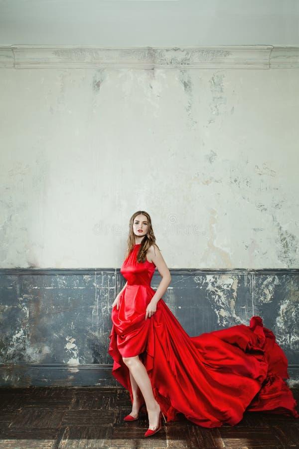 Vestido sensual de Wearing Stylish Red del modelo de moda de la mujer fotos de archivo
