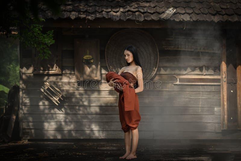 Vestido tailandês das mulheres asiáticas no drama tailandês fotos de stock