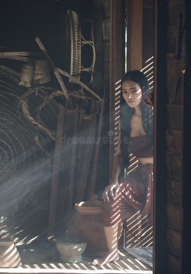Vestido tailandês das mulheres asiáticas no drama tailandês fotografia de stock royalty free