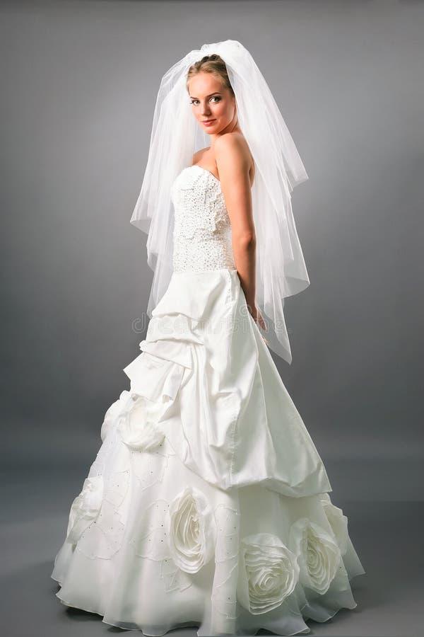 Vestido tradicional e véu da noiva bonita imagens de stock