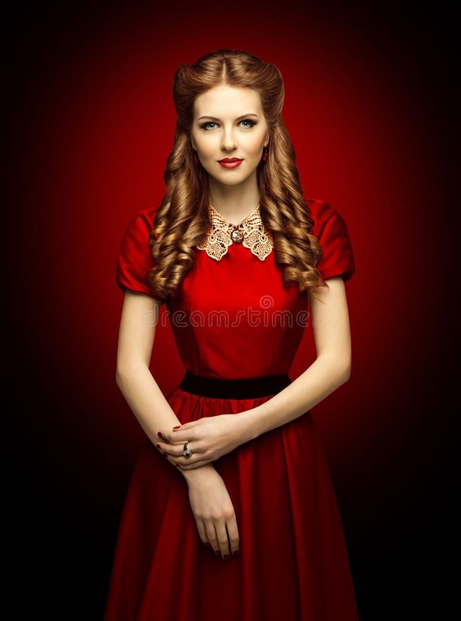 Vestido vermelho da mulher, modelo de forma no colar retro do laço da roupa imagens de stock