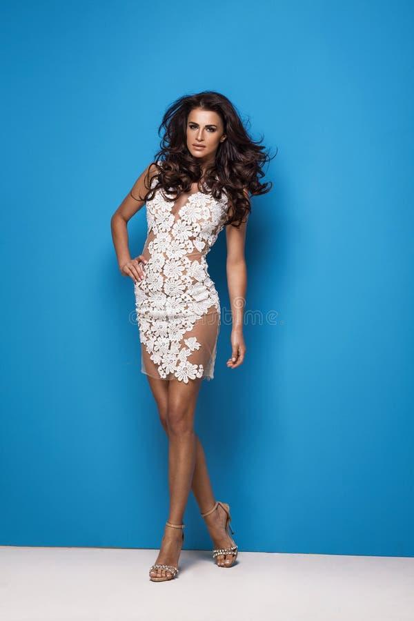 Vestido vestindo da flor branca da mulher nova atrativa da forma foto de stock royalty free