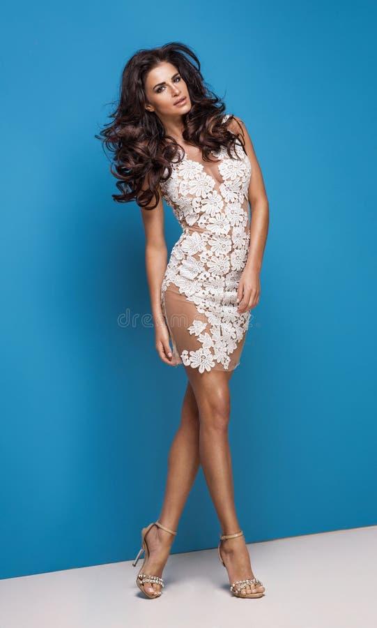 Vestido vestindo da flor branca da mulher nova atrativa da forma fotos de stock