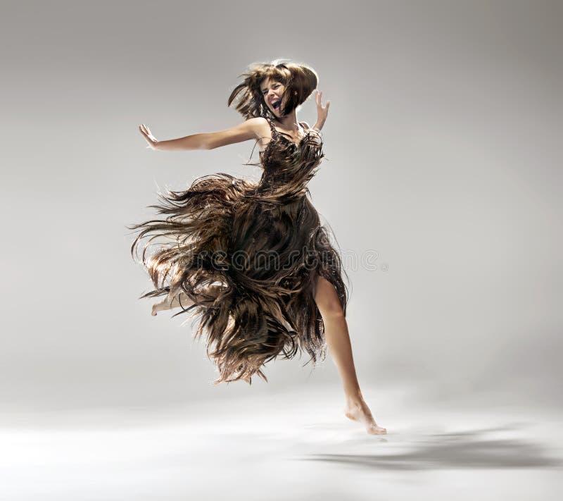 Vestido vestindo da jovem mulher feito do cabelo fotografia de stock