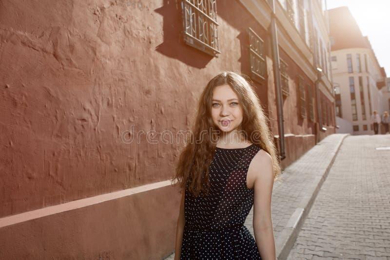Vestido vestindo da jovem mulher moreno bonita e passeio na rua Alargamento para o texto e o projeto Estilo de vida na cidade foto de stock royalty free
