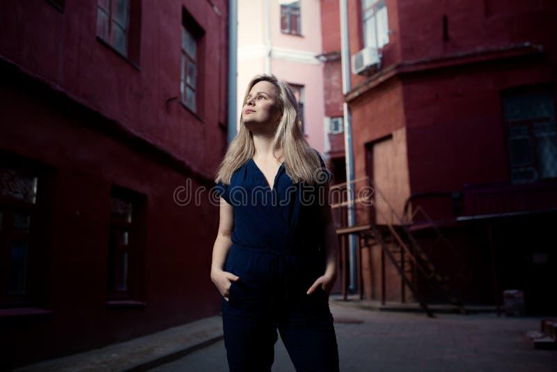 Vestido vestindo da jovem mulher moreno bonita e passeio na rua Copie o espaço Estilo de vida na cidade foto de stock