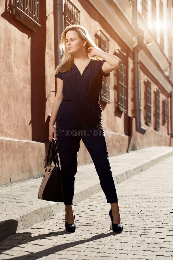 Vestido vestindo da jovem mulher moreno bonita e passeio na rua sunlight Tonificação morna Estilo de vida na cidade imagens de stock