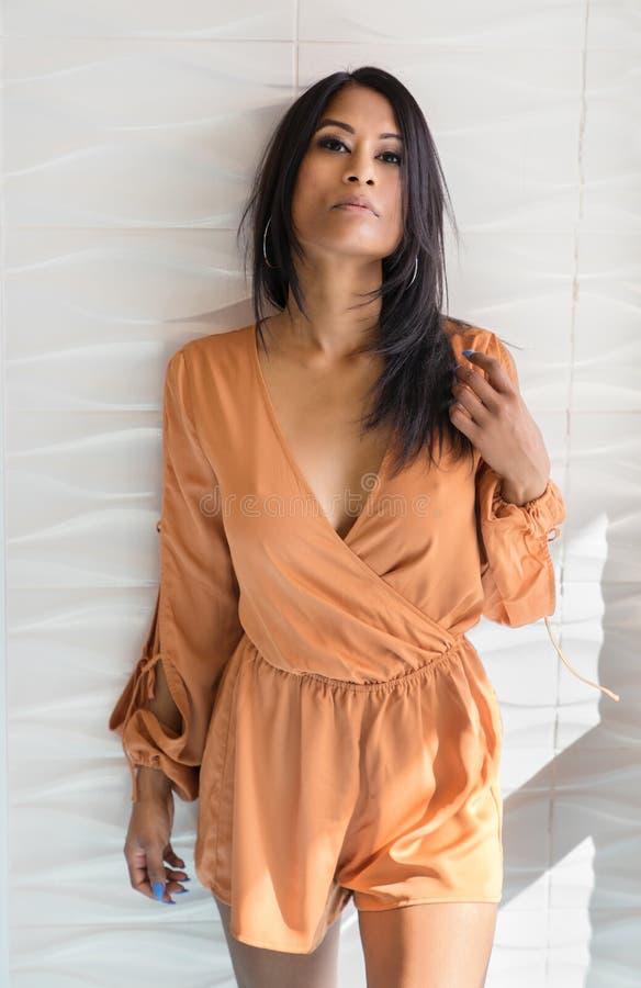 Vestido vestindo do romper da jovem mulher exótica bonita fotografia de stock