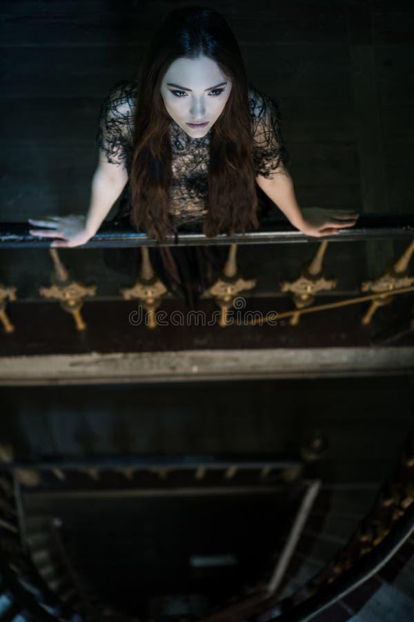 Vestido vestindo que está na escadaria - cena da mulher do horror imagem de stock