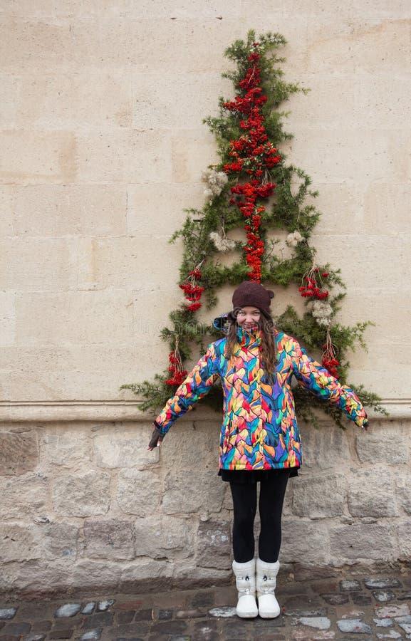 Vestido y actual regalo, modelo del árbol de navidad de la mujer de moda en vestido del Año Nuevo fotografía de archivo