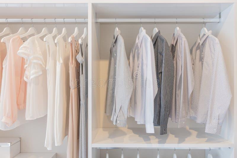 Vestido y camisas que cuelgan en el carril imágenes de archivo libres de regalías