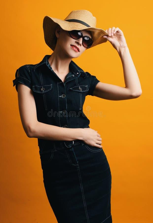 Vestido y gafas de sol del dril de algodón de la mujer que llevan de moda fotos de archivo