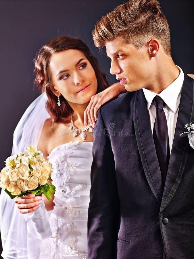 Vestido y traje de boda de los pares que llevan imagen de archivo libre de regalías
