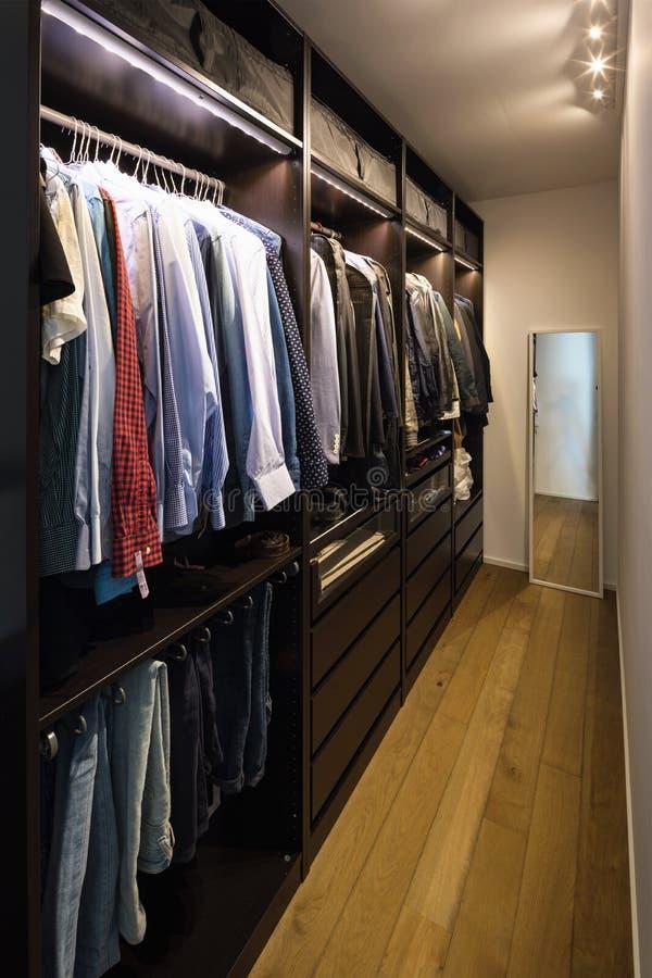 Vestidor por completo de ropa foto de archivo