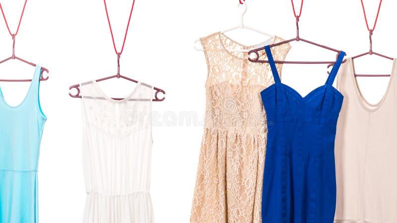 Vestidos coloridos que penduram no gancho de roupa fotos de stock